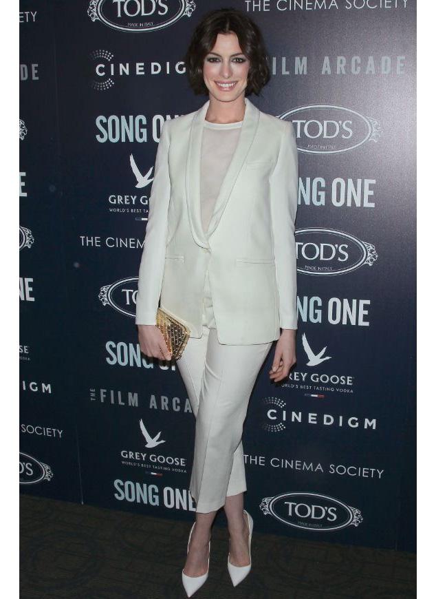 Anne Hathaway terno